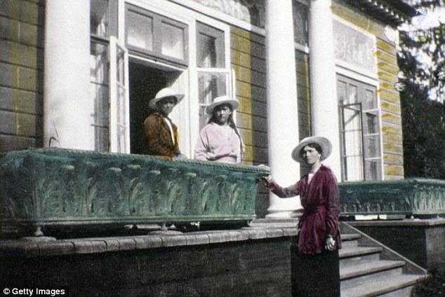 Maria, Anastásia e Olga Romanov.