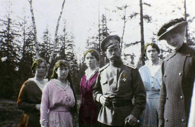 Nesta foto tirada em 1915, Nicolau e suas filhas (Maria, Anastásia, Olga e Tatiana) olham solenemente para a câmera. O czar parece estar orgulhoso em seu uniforme militar!