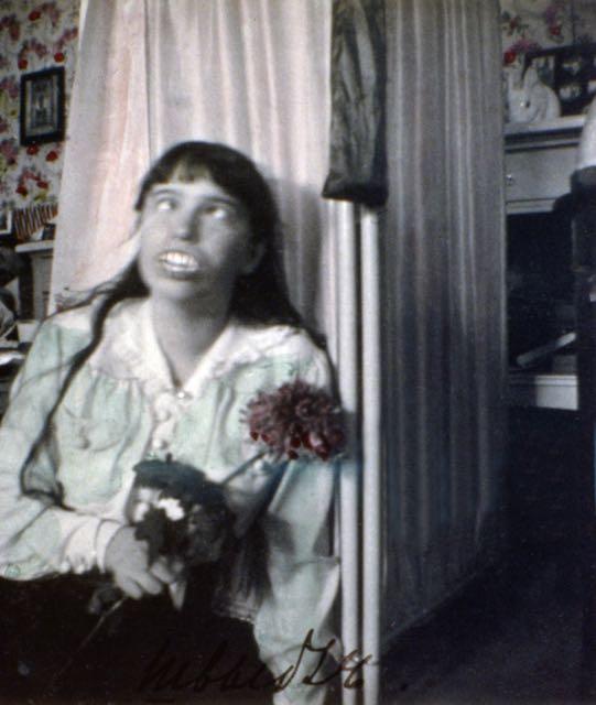 Anastásia era tida como a filha mais travessa de Nicolau e Alexandra. Nessa foto fodemos ver a Grã-duquesa fazendo careta para a câmera, usando uma dentadura.