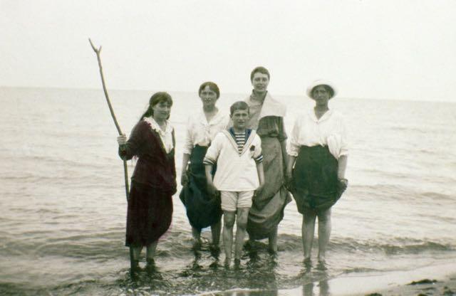 Aqui temos Anastásia, Olga e Maria com seu irmão Alexei em um dia na praia.
