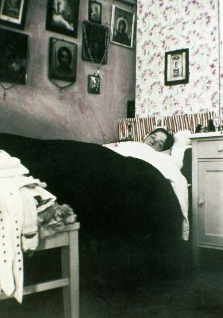 Olga Romanov deitada em sua cama.