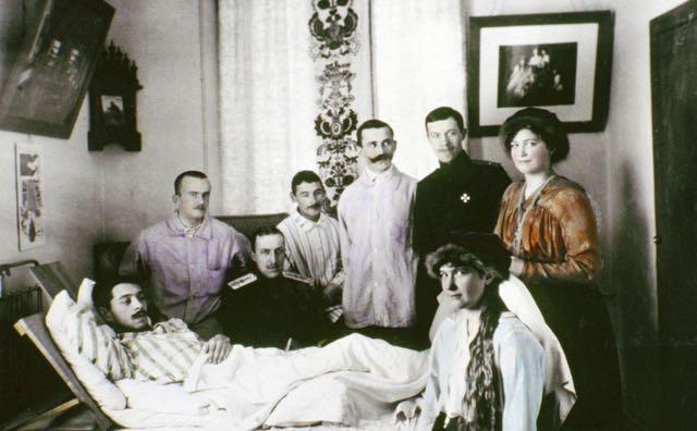 Nicolau e suas filhas visitam saldados russos feridos na Primeira Guerra.