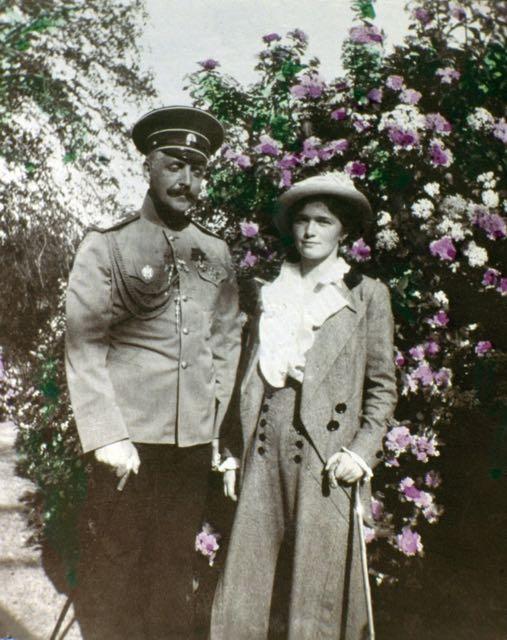 Olga Romanov e um soldado não identificado.