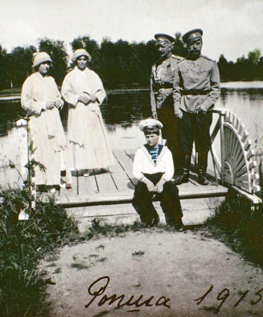 A felicidade antes da tempestade: O czar Nicolau II com seu filho Alexei e as filhas Olga e Tatiana.