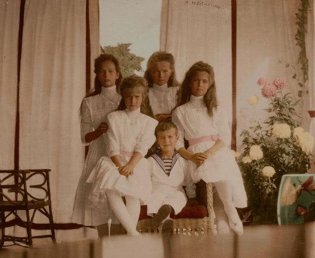 Foto digitalmente colorida dos filhos do Czar Nicolau e da Czarina Alexandra.