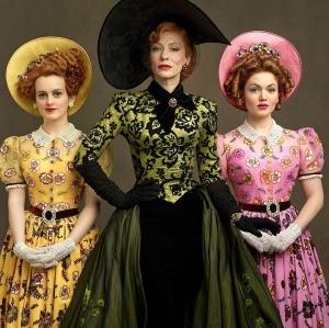 Lady Tremaine (Cate Blanchett) e suas filhas: Drisella (Sophie McShera) à esquerda e Anastasia (Holliday Grainger) à direita.