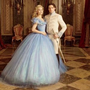 Lily Jame como Ella, e Richard Madden como o príncipe Kit.