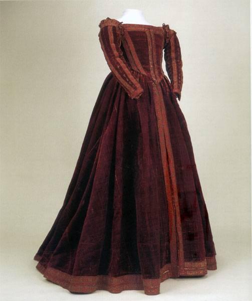 Vestido de cetim carmesim que possivelmente pertenceu a Eleonora de Toledo ou uma de suas damas. A peça se encontra exposta no Palazzo Reale, em Pisa.