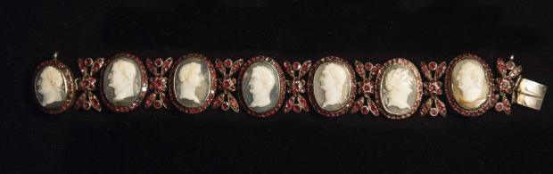 Bracelete com sete camafeus de imperadores romanos, cravejados de rubis, que supostamente pertenceu a Maria Antonieta.