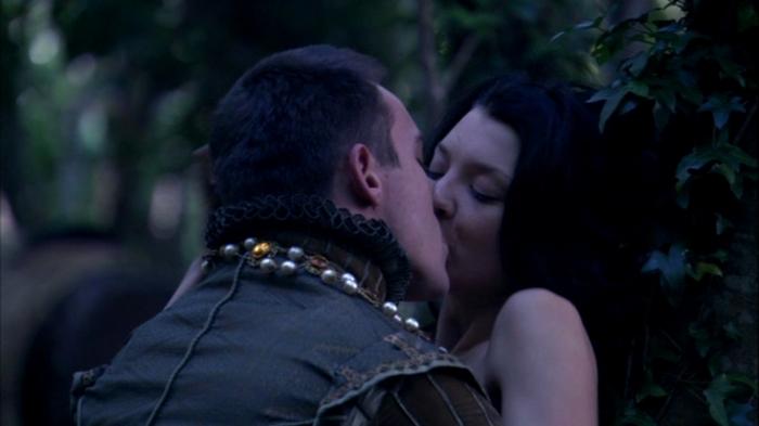 Henrique VIII (Jonathan Rhys Meyers) e Ana Bolena (Natalie Dormer) finalmente se entregam ao amor.