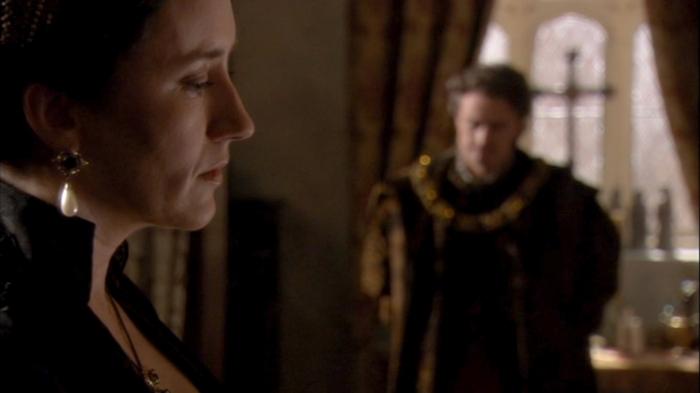 Catarina de Aragão (Maria Doyle Kennedy) pede ao embaixador Chapuys (Anthony Brophy) para que o Imperador são use força conta a Inglaterra.