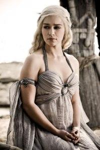 Emilia Clarke como Daenerys Targaryen na primeira temporada de