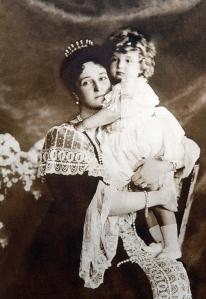 Czarina Alexandra e o czarevich Alexei, aos 2 anos de idade.