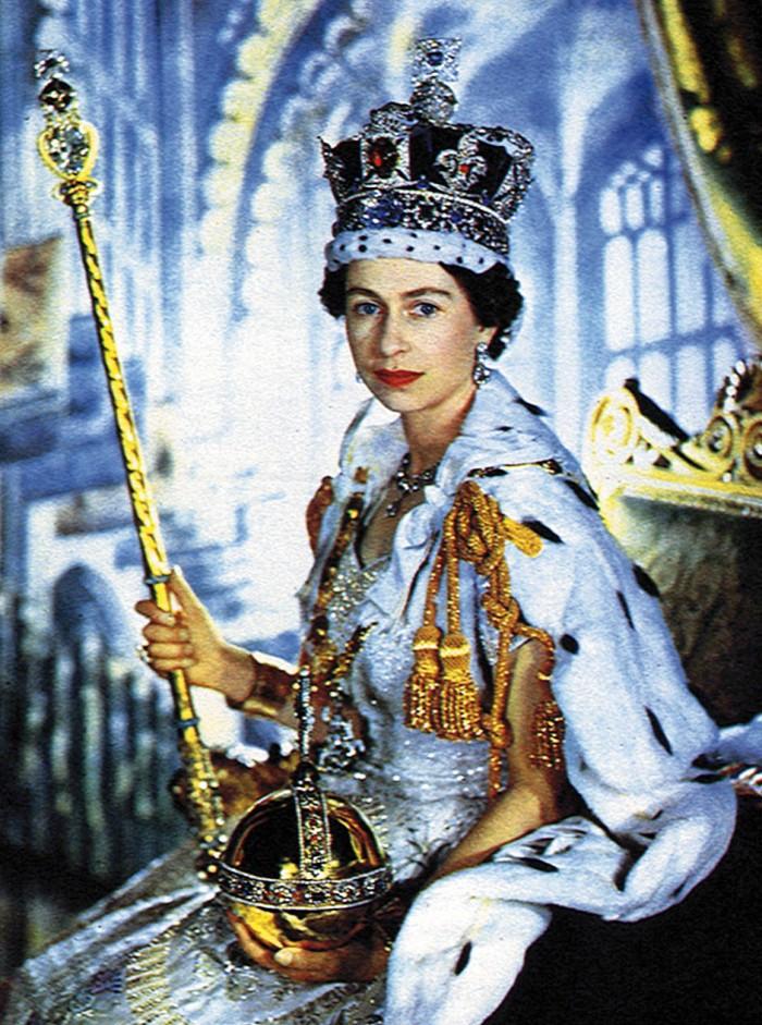 Fotografia digitalmente colorida de Elizabeth II em sua coroação, em 2 de junho de 1953.