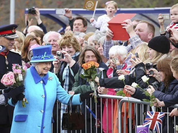 Foto de Elizabeth II tirada hoje pela manhã estação de Newtongrange, na Escócia.