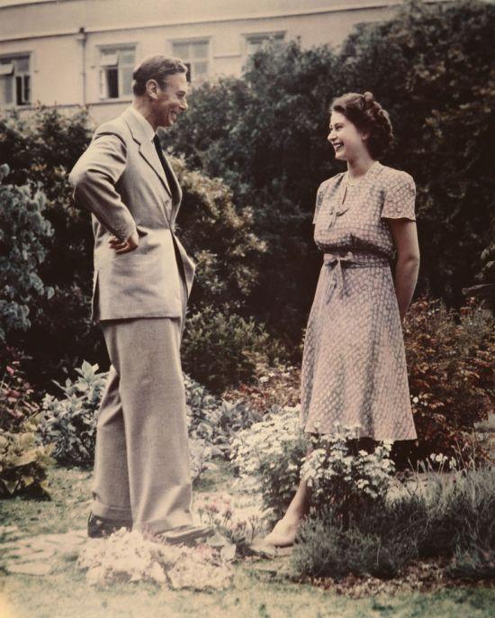 O rei George VI com sua filha e herdeira, princesa Elizabeth.