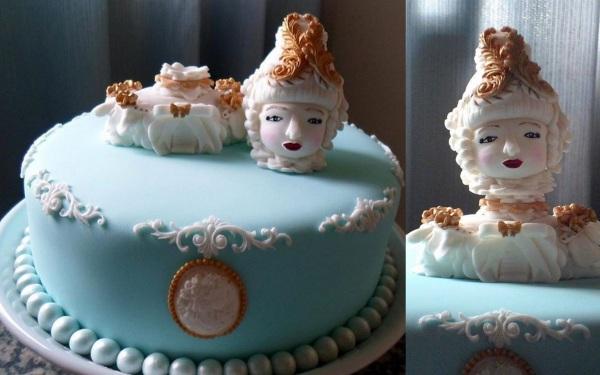 Meu bolo de aniversário, decorado com uma Maria Antonieta em pasta americana, deito pela Deborah Dias.