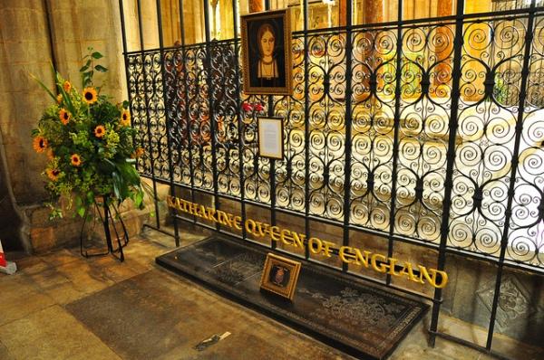 """Túmulo de Catarina de Aragão na catedral de Peterborough. As letras em dourado, que dizem """"Rainha Catarina da Inglaterra"""", foram um presente de Mary de Teck, esposa do futuro rei George V."""