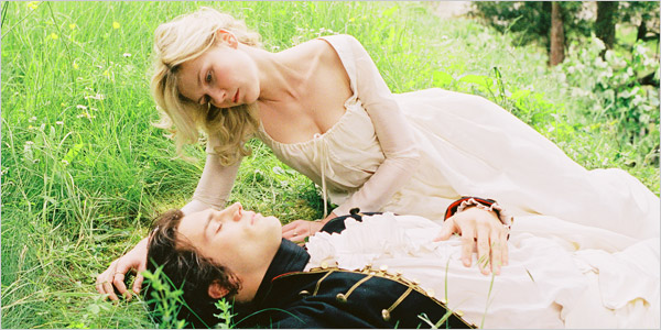 """O romance entre Maria Antonieta e o conde Fersen têm sido motivo de especulação entre muitos historiadores. Em cena, Kirsten Dunst e Jamie Dornan no filme de Sofia Copola, """"Marie Antoinette"""" (2006)."""