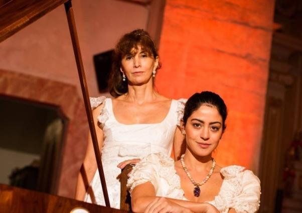 """A cravista e pesquisadora musical Rosana Lanzelotte e a atriz Carol Castro, com o figurino o espetáculo """"Cartas Leopoldinas""""."""