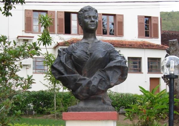 Busto de Eufrásia Teixeira Leite, nos jardins do hospital que leva o seu nome.