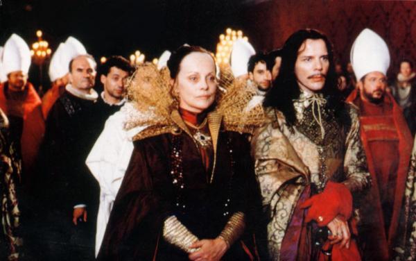 Virna Lisi como Catarina de Médici e Pascal Greggory como o duque Anjou.