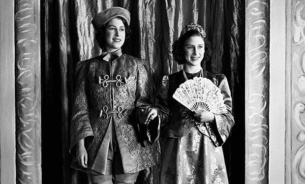 Princesas Elizabeth e Margaret durante o período de Guerra, numa pantomima de Aladin.