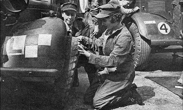 Princesa Elizabeth treinando como mecânica durante a Segunda Guerra Mundial.