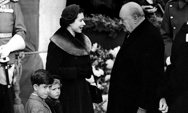Elizabeth II com seus filhos, príncipes Charles e Ana, encontra o Primeiro Ministro, Winston Churchill, em 1953.