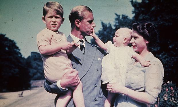 Príncipe Philip e a princesa Elizabeth, junto com os filhos, Chales e Ana, em 1951.
