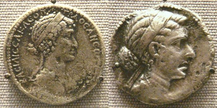 Perfil de Cleópatra VII em moedas antigas.