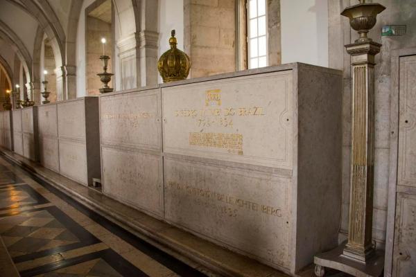 Panteão dos Bragança no Mosteiro São Vicente de Fora (Lisboa), onde estão sepultados D. João VI e Dona Carlota Joaquina.