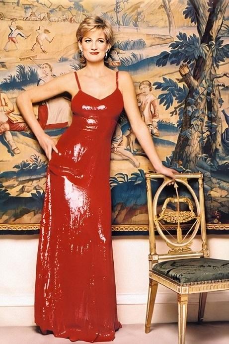 A princesa Diana num longo vermelho, fotografada no Palácio de Kensington por Patrick Demarchelier.