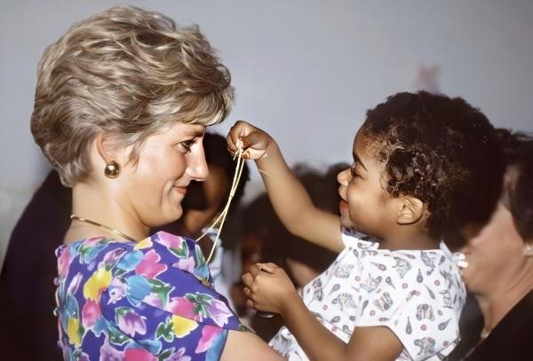 Diana abraçando um bebê soropositivo em São Paulo, Brasil.